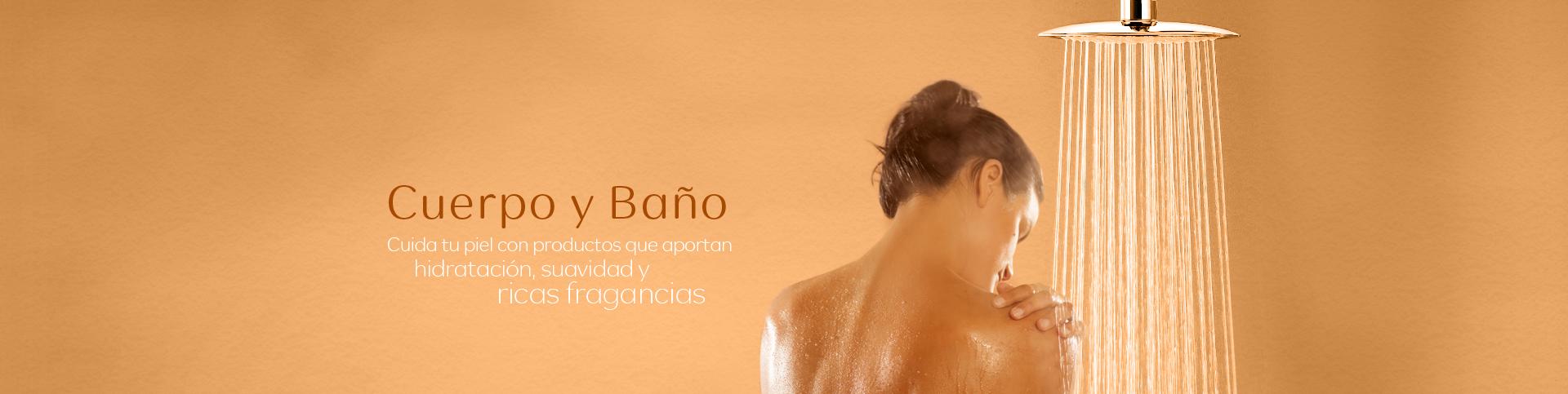Mujer debajo de una ducha tomando un baño