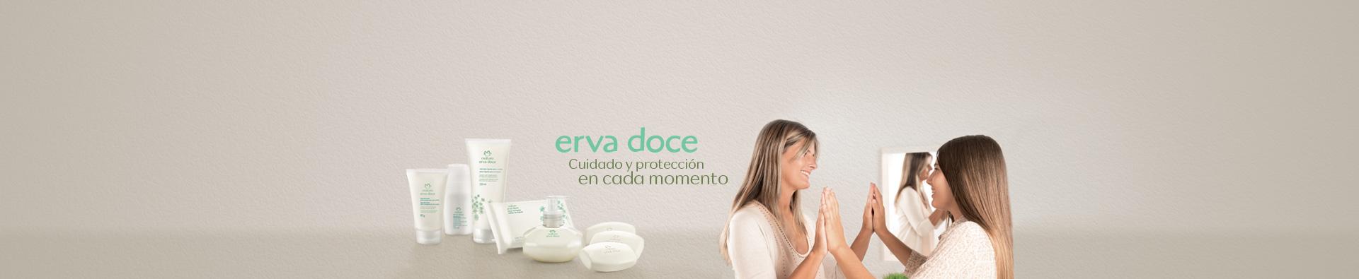 Nuevos Productos Erva Doce sobre una mesada, detrás una mujer con un niña ambas sonriendo