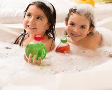 Niñas tomando un baño sonriendo