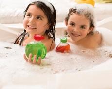 niñas sonriendo en la bañera con productos nature